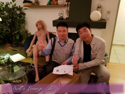 QC und Übergabe einer Puppe durch James und David, Ein besonderes Highlight war es für James diese Puppe seinem Kunden persönlich übergeben zu dürfen.