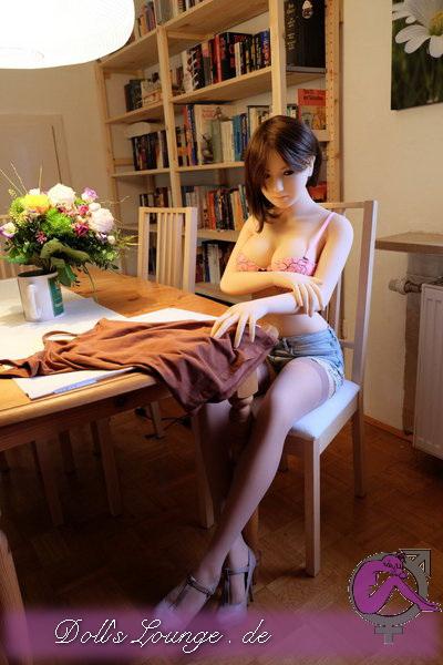 Unsere Sexpuppe Amanda gibt es nur noch in der neuen 156cm Cup E Moldrevision 2017, der Vaginalkanal ist nun anatomisch korrekt positioniert aber ebenso liebevoll gearbeitet. Diese Bilder sollten überzeugen. Im Hause Oriental Rose Doll heißt diese Lovedoll Sara.