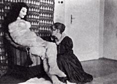 Alma Mahler Puppe mit ihrer Schöpferin Hermine Moos