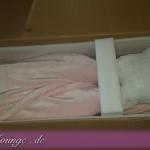 Wir überprüfen, ob die Puppe korrekt verpackt wurde